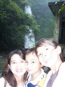 Mum, Aya dan Kiya di Air Terjun Nungnung